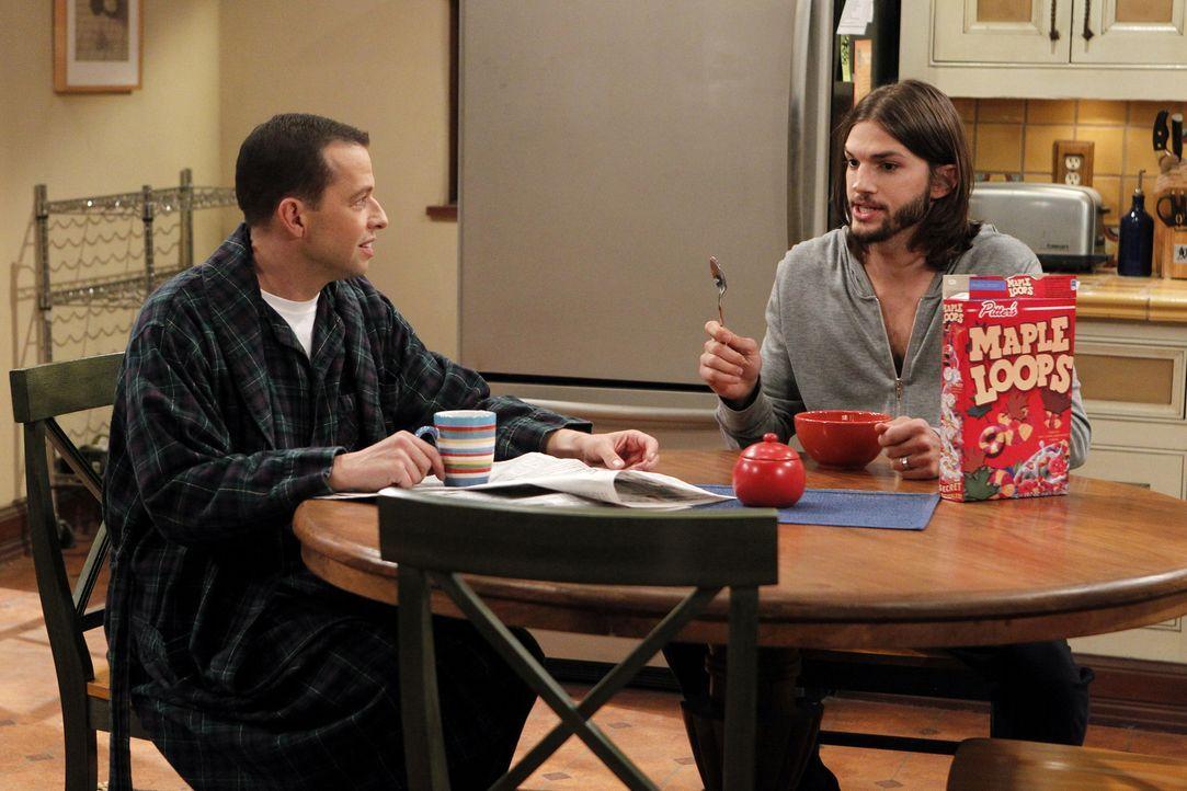Während Walden (Ashton Kutcher, r.) das Haus umgestalten will, entwickelt Alan (Jon Cryer, l.) über Charlies Verlust eine tiefe Persönlichkeitskrise... - Bildquelle: Warner Brothers Entertainment Inc.