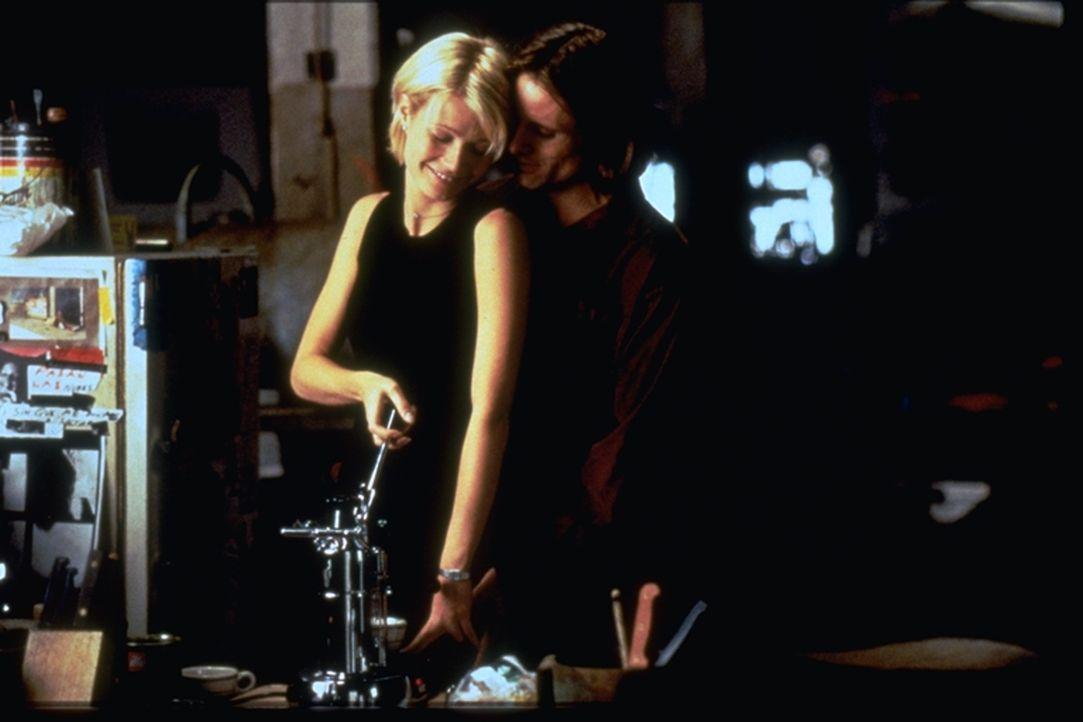 Emily (Gwyneth Paltrow, l.) betrügt ihren Ehemann mit dem Künstler Shaw (Viggo Mortensen, r.). Doch ihr Mann ist über ihre Affäre informiert. Er mac... - Bildquelle: Warner Brothers International Television Distribution Inc.