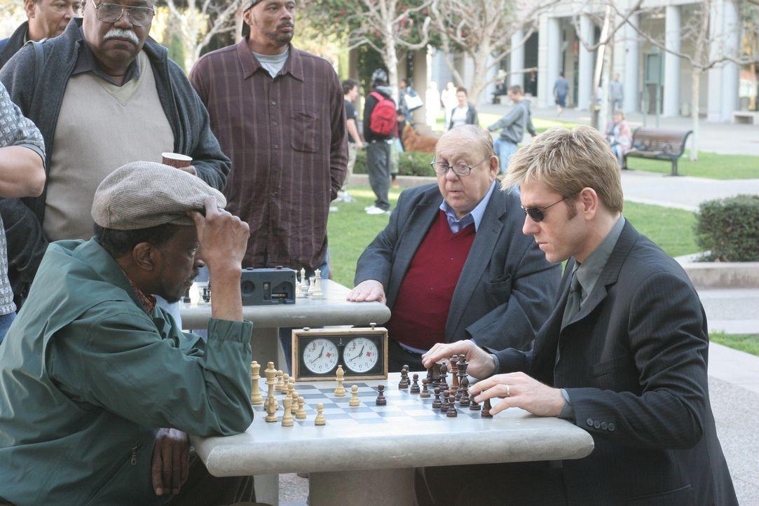 Detective Jim Dunbar (Ron Eldard, r.) lässt sich auf eine Schachpartie mit Lester (Mel Winkler, l.) ein, in der Hoffnung, von ihm etwas über den M... - Bildquelle: TM &   2006 CBS Studios Inc. All Rights Reserved.
