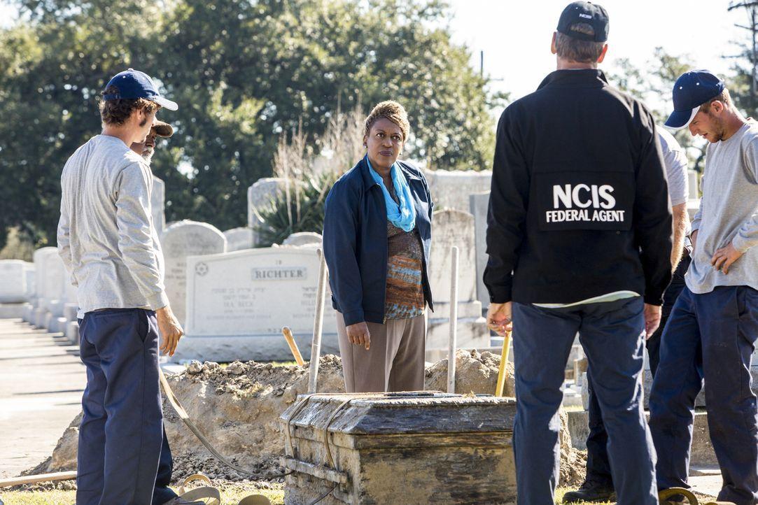 Als eine Waffe gefunden wird, die einem vor 40 Jahren verstorbenen Stabsbootsmann gehört hatte, öffnen Pride (Scott Bakula, 2.v.r.) und sein Team de... - Bildquelle: 2014 CBS Broadcasting Inc. All Rights Reserved.