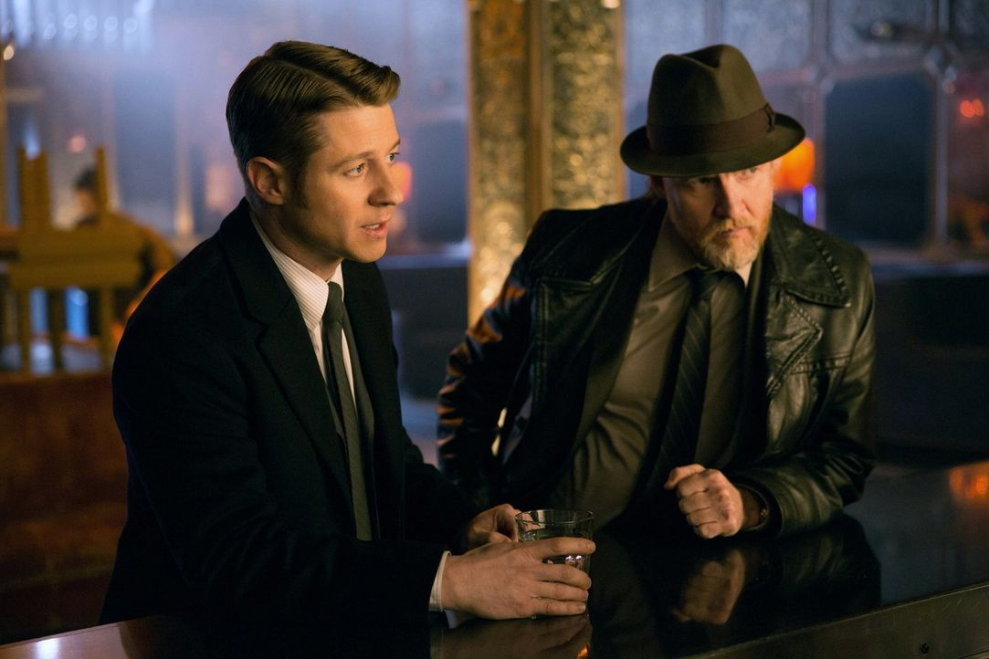 Ermitteln in einem alten Fall, bei dem ein Serienkiller es auf junge Frauen in Gotham City abgesehen hat: Gordon (Ben McKenzie, l.) und Bullock (Don... - Bildquelle: Warner Bros. Entertainment, Inc.