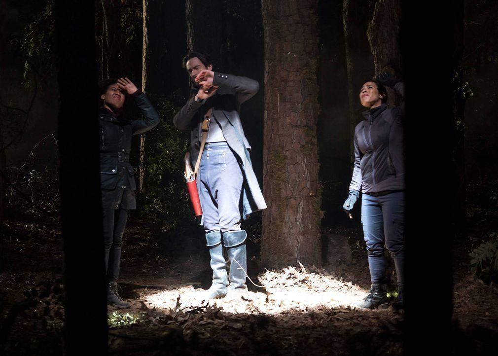Abbie (Nicole Beharie, l.), Crane (Tom Mison, M.) und Sophie (Jessica Camacho, r.) müssen einen Weg finden, zu verhindern, dass ein Monster weiterhi... - Bildquelle: 2015-2016 Fox and its related entities.  All rights reserved.