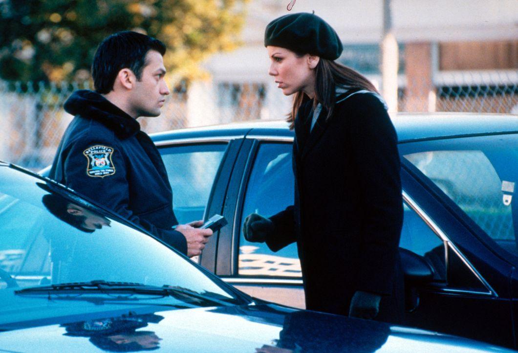 Lydia (Heather Paige Kent, r.) ist schockiert, als sie sieht wie Paul (Kevin Dillon, l.) zusammen mit seinem Kollegen Sanchez Videorecorder in einen... - Bildquelle: CBS Television