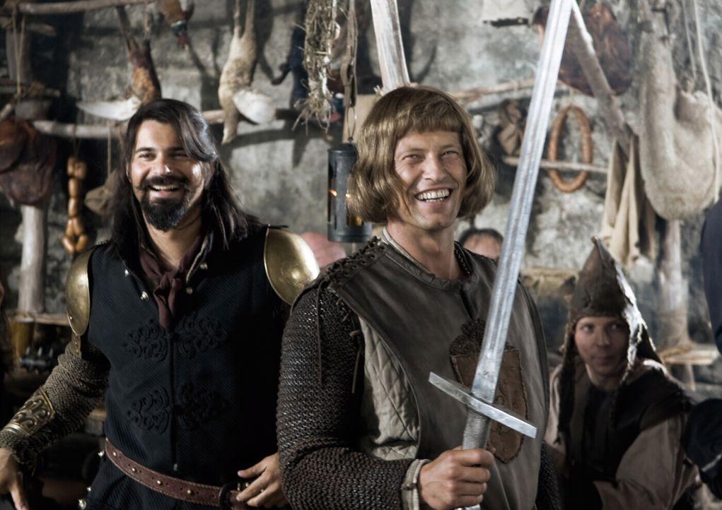 Der ehrenwerte Ritter Lanze (Til Schweiger, vorne) und der türkische Kleinganove und Möchtegernritter Erdal (Rick Kavanian, l.) machen sich auf, um... - Bildquelle: Warner Brothers