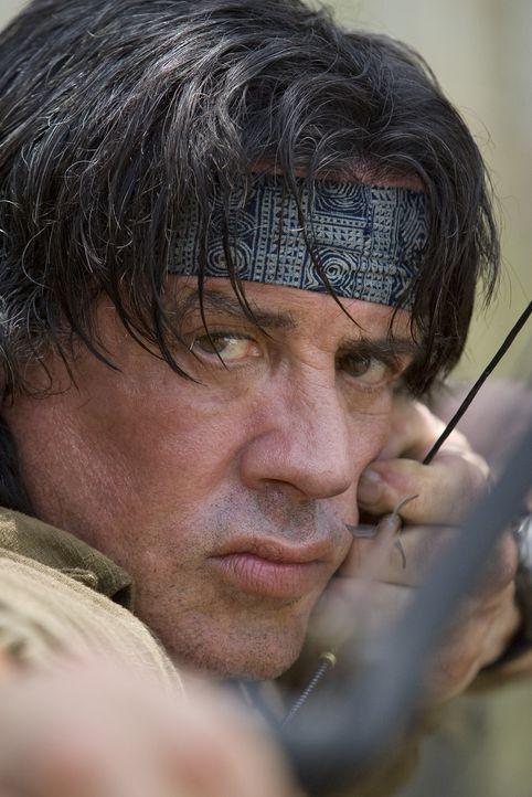 Gegen jegliche Vernunft und den Rat seines ehemaligen Mentors entschließt sich Rambo (Sylvester Stallone), eine kleine Gruppe Missionare f in die K... - Bildquelle: Karen Ballard Nu Image Films