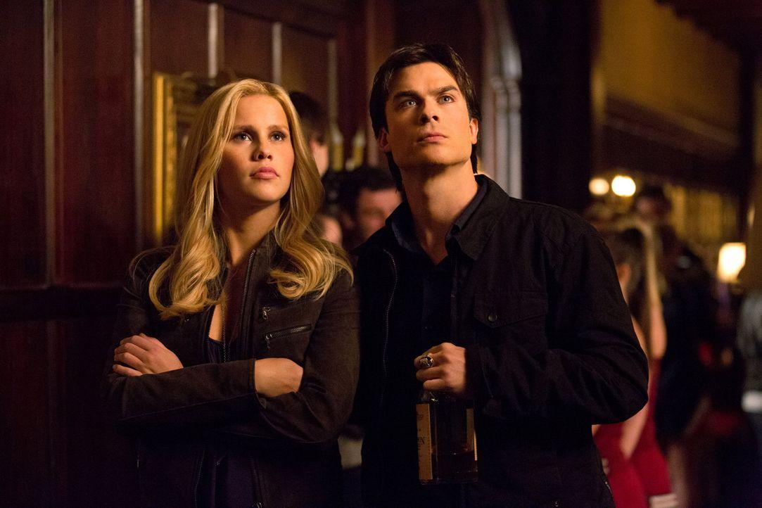 Mal wieder gelingt es Damon (Ian Somerhalder, r.) zu Rebekah (Claire Holt, l.) im falschen Moment genau das Falsche zu sagen ... - Bildquelle: Warner Brothers