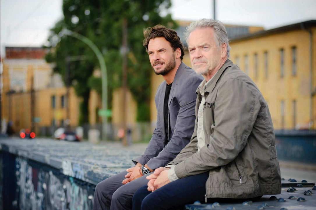 Sitzen einem tödlichen Komplott auf: Ex-Kommissar Wolff (Jürgen Heinrich, r.) und Kommissar Marck (Stephan Luca, l.) ... - Bildquelle: Stefan Erhard SAT. 1