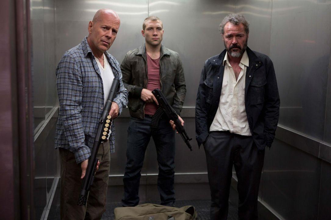 Gemeinsam versuchen John McClane (Bruce Willis, l.) und sein Sohn Jack (Jai Courtney, M.), den Russen Komarov (Sebastian Koch, r.) zu retten, der sc... - Bildquelle: 2013 Twentieth Century Fox Film Corporation. All rights reserved.