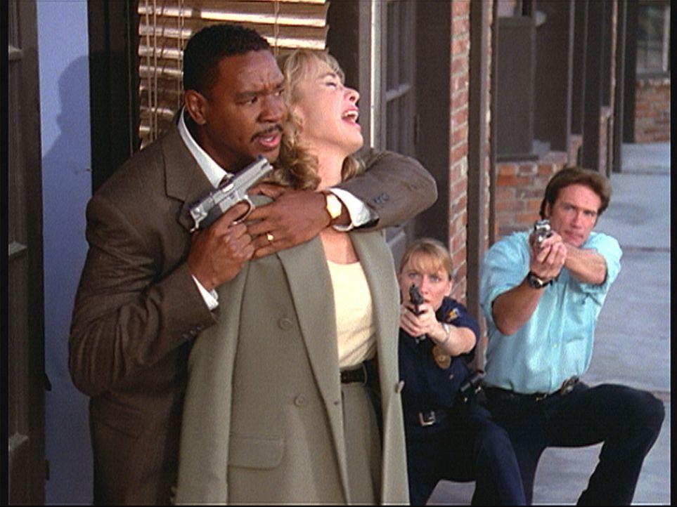 Steve (Barry Van Dyke, r.) und Lorraine (Gannon Daniels, 2.v.r.) können nicht schießen, da Blair eine Geisel genommen hat. - Bildquelle: Viacom
