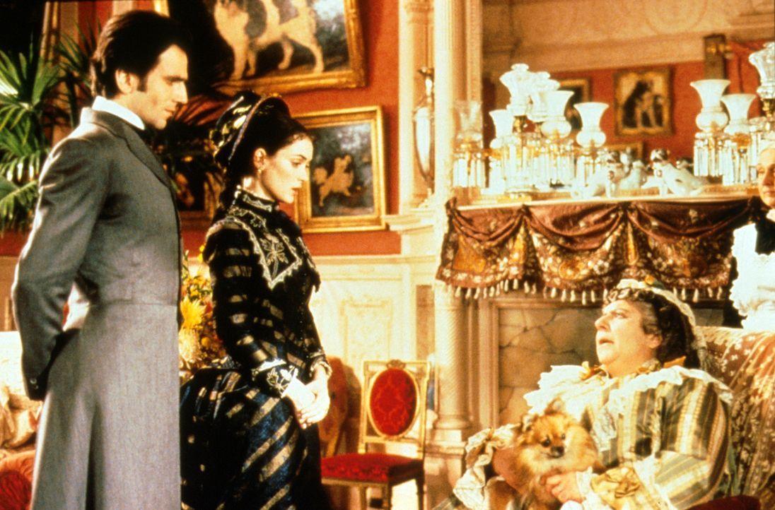 Newland Archer (Daniel Day-Lewis, l.) und May Welland (Winona Ryder, r.) holen sich ihren Segen bei Mrs. Mingott (Miriam Margolyes, r.) ... - Bildquelle: Columbia Pictures