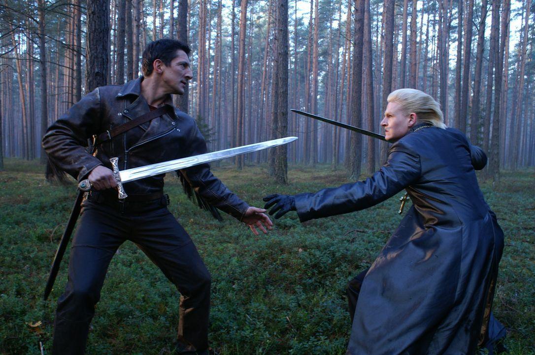 Giovanni (Thom Fell, r.) wird von Einheimischen angegriffen, als Methos (Peter Wingfield, l.) herbeieilt, um ihn zu überzeugen, dass Duncan der Aus... - Bildquelle: Lions Gate Films