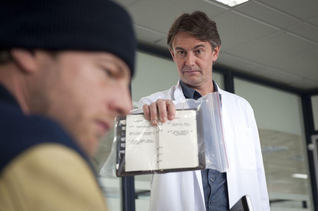 Als Meisner (Robert Lohr, r.) den Terminkalender der Ermordeten untersucht, stößt er auf einige Ungereimtheiten, die er natürlich prompt Mick (He... - Bildquelle: Martin Rottenkolber SAT.1