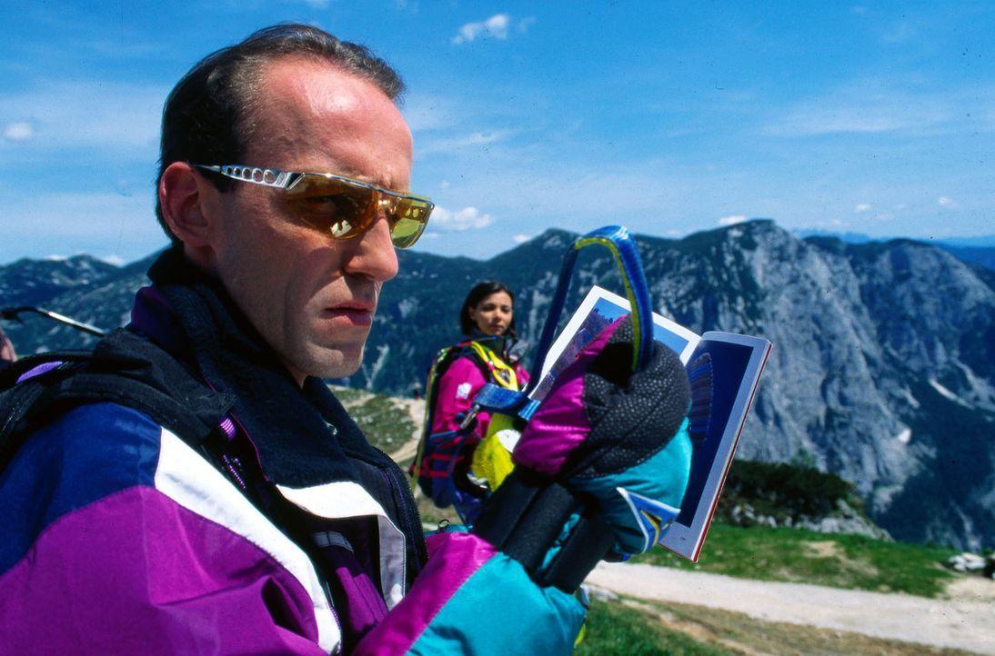 Um seine Frau zu überraschen, lernt Stockinger (Karl Markovics) Drachenfliegen. Doch schon bei seinem ersten Flug entdeckt er unter sich einen Toten... - Bildquelle: Hermann Huber Sat.1