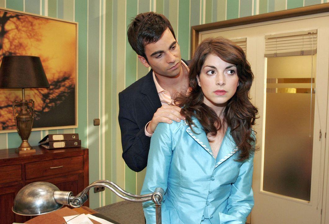 Mariella (Bianca Hein, r.) kann sich in ihrer Traurigkeit gegenüber David (Mathis Künzler, l.) nicht öffnen. - Bildquelle: Sat.1