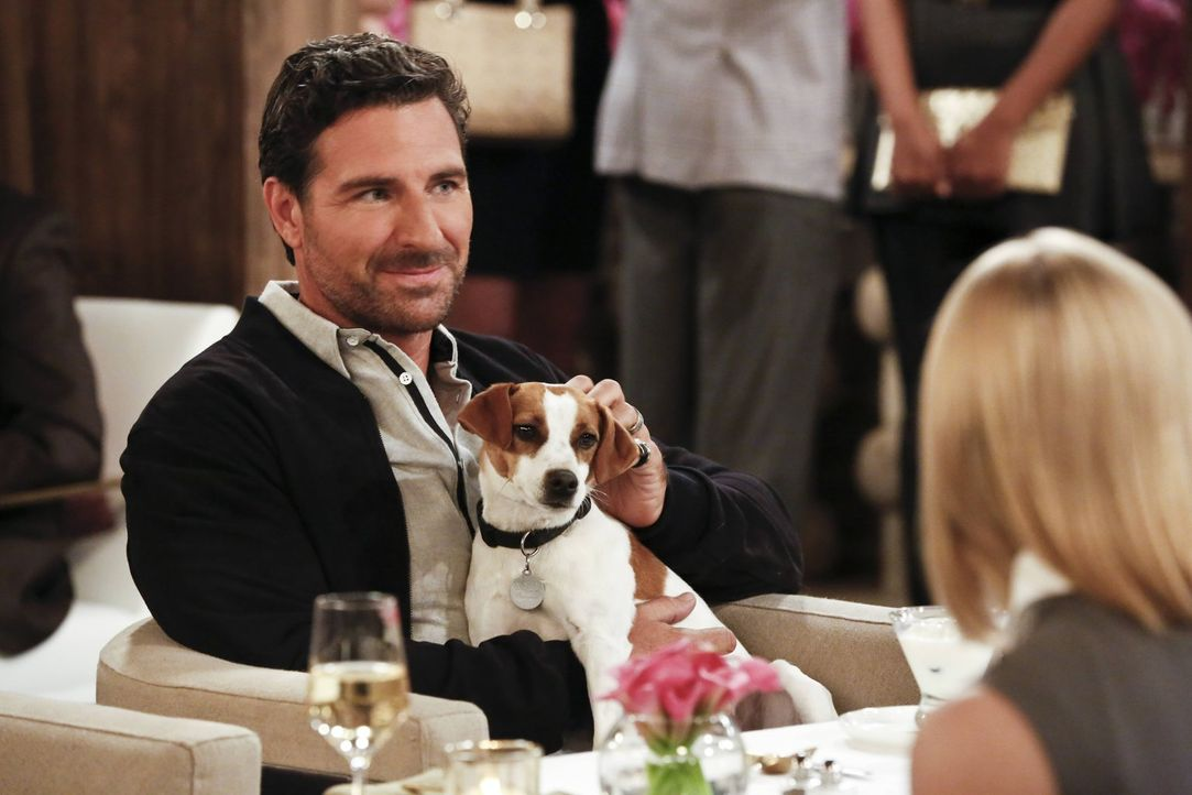 Randy (Ed Qinn) vertraut Max seinen Hund Bruno an und lässt sie und Caroline dafür in sein Haus. Während die beiden sich dort amüsieren, büxt Bruno... - Bildquelle: 2016 Warner Brothers