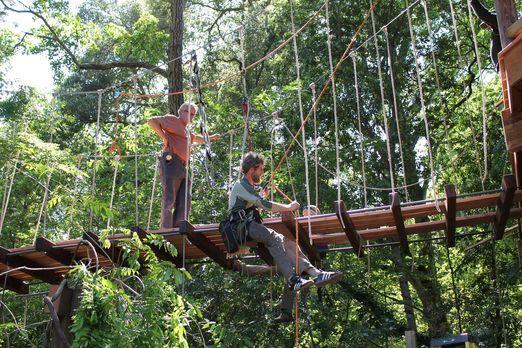 Umgeben von Küstenmammutbäumen, Zedern und Eichen erschaffen Jake Jacob (l.)...