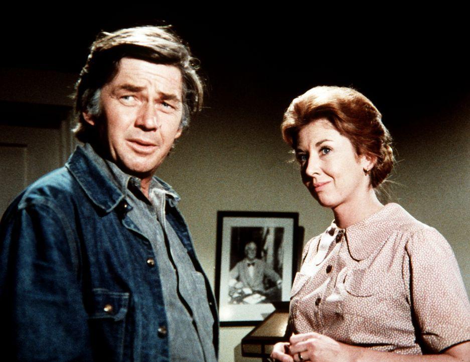 Olivia (Michael Learned, r.) und John Walton (Ralph Waite, l.) freuen sich für John-Boy, der zum ersten Mal ein Mädchen ins Kino eingeladen hat ... - Bildquelle: WARNER BROS. INTERNATIONAL TELEVISION