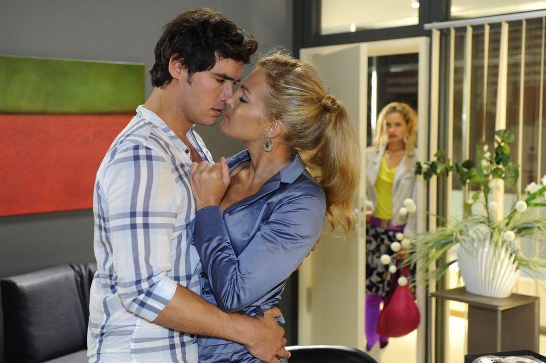 Mia (Josehine Schmidt, r.) ist entsetzt - muss sie doch mit ansehen, wie sich Alexander (Paul Grasshoff, l.) mit Annett (Tanja Wenzel, M.) vergnügt... - Bildquelle: Sat.1