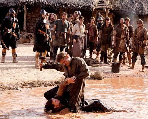 Der junge Steinmetz hat keine Chance gegen den versierten Soldaten. - Bildquelle: Egon Endrenyi - Tandem Productions - Pillars Productions