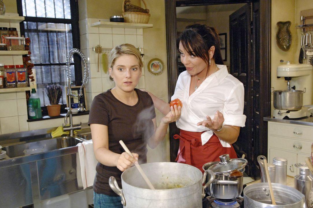 Ihre beste Freundin Paloma (Maja Maneiro, r.) ermutigt Anna (Jeanette Biedermann, l.), sich bei Broda & Broda zu bewerben. - Bildquelle: Claudius Pflug Sat.1