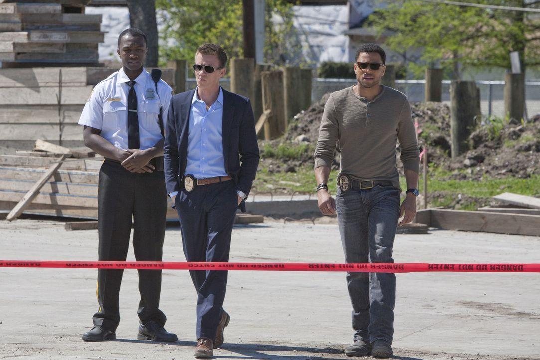 Travis (Michael Ealy, r.) und Wes (Warren Kole, M.) ermitteln in einem neuen Fall und stoßen dabei auf den Verlobten ihrer Therapeutin. Doch hat er... - Bildquelle: USA Network