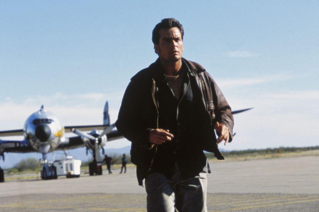 Als Fallschirmsprung-Lehrer Ditch Brodie (Charlie Sheen) unter mysteriösen Umständen eine Schülerin verliert, versucht er auf eigene Faust, den T... - Bildquelle: Buena Vista Pictures