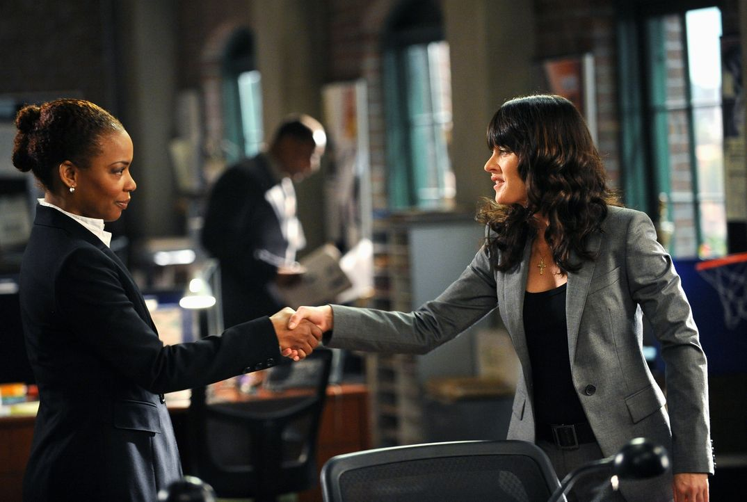 Die neue Abteilungsleiterin Madeleine Hightower (Aunjanue Ellis, l.) und Robin Lisbon (Robin Tunney, r.) treffen aufeinander ... - Bildquelle: Warner Bros. Television