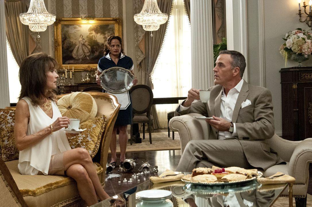 Der Besuch von Genevieves (Susan Lucci, l.) Bruder Henri (Richard Burgi, r.) bringt Zoila (Judy Reyes, M.) total aus der Fassung, während Marisol me... - Bildquelle: ABC Studios