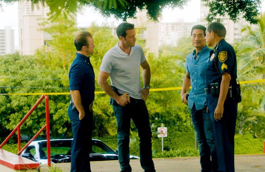 Ein junges Mädchen wurde entführt. Danny (Scott Caan, l.), Steve (Alex O'Loughlin, 2.v.l.), Chin (Daniel Dae Kim, 2.v.r.) und Sgt. Duke Lukela (Denn... - Bildquelle: 2014 CBS Broadcasting Inc. All Rights Reserved.