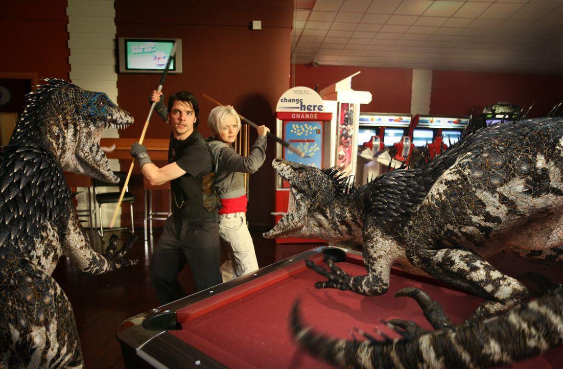 Todesmutig stellen sich Abby (Hannah Spearritt, r.) und Connor (Andrew Lee Potts, l.) den Raptors in den Weg ... - Bildquelle: ITV Plc