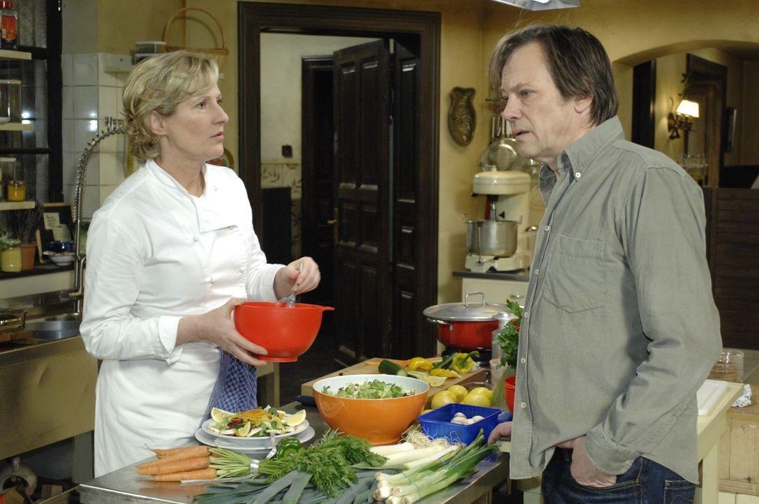 Susanne (Heike Jonca, l.) und Armin (Rainer Will, r.) befürchten einen weiteren Besuch vom Gesundheitsamt. - Bildquelle: Oliver Ziebe Sat.1