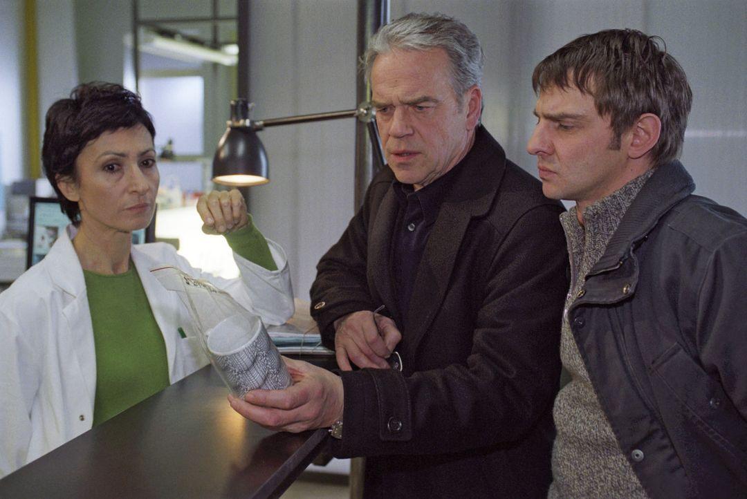 Dr. Herzog (Renan Demirkan, l.) hat Fingerabdrücke auf der Tasse gefunden. Kommissar Wolff (Jürgen Heinrich, M.) und Tom (Steven Merting, r.) sind f... - Bildquelle: Claudius Pflug Sat.1