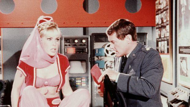 Tony (Larry Hagman, r.) zeigt Jeannie (Barbara Eden, l.) einen Spezialsafe, i...
