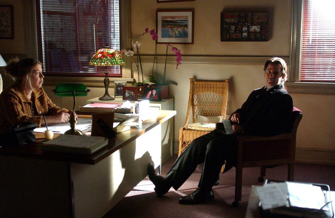 Jack (Anthony LaPaglia, r.) unterhält sich mit Lorraine (Robin Pearson Rose, l.) über das plötzliche Verschwinden der Ex-Polizistin Jesse Prince ...... - Bildquelle: Warner Bros. Entertainment Inc.