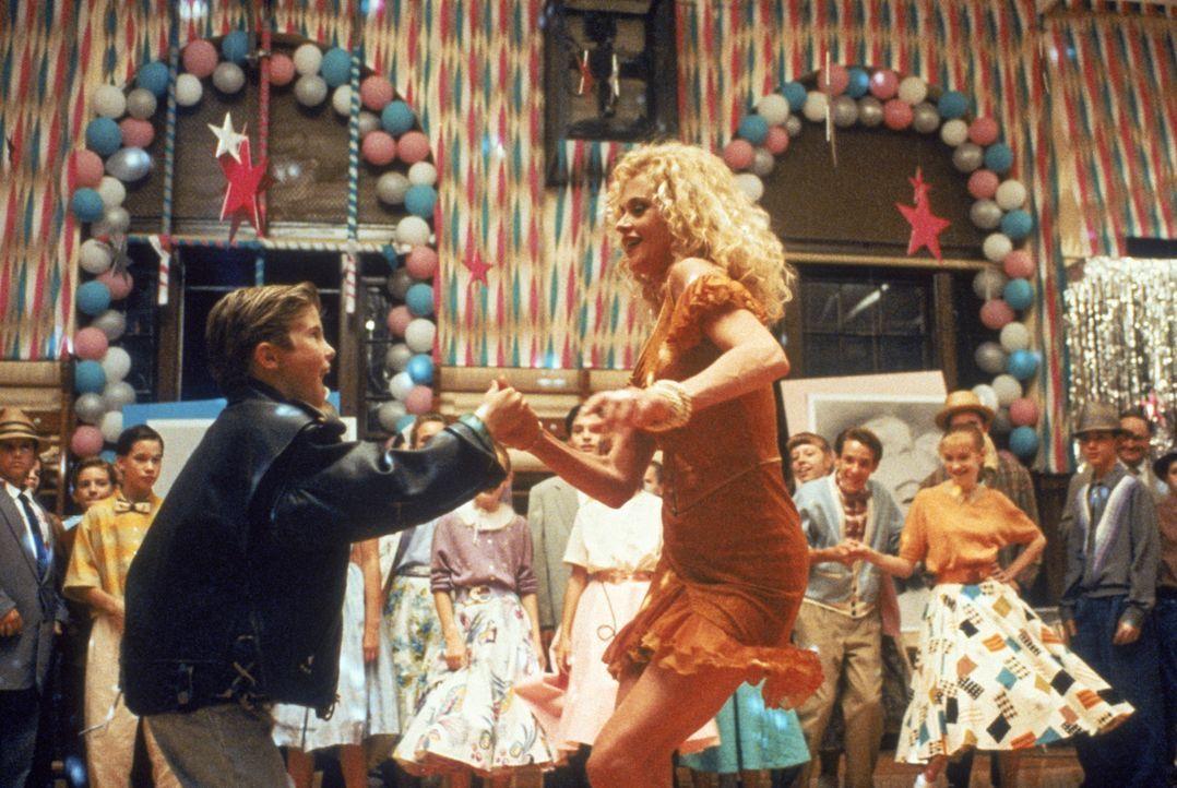 Auf dem Abschlussball sind Frank (Michael Patrick Carter, l.) und V (Melanie Griffith, r.) die Stars des Abends. - Bildquelle: TM, ® &   1994 by Paramount Pictures. All Rights Reserved.