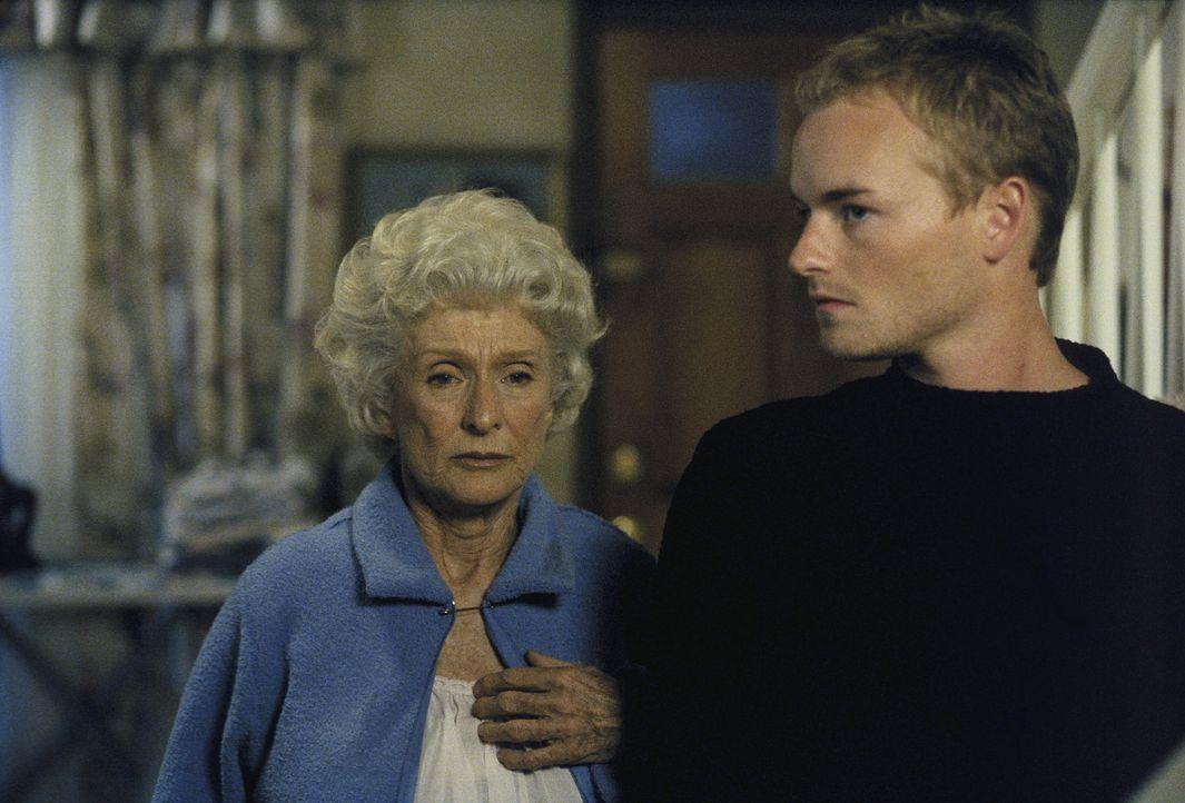 Francis (Christopher Masterson, r.) besucht zu Weihnachten seine launische Großmutter Ida (Cloris Leachman). - Bildquelle: TM +   Twentieth Century Fox Film Corporation. All Rights Reserved.