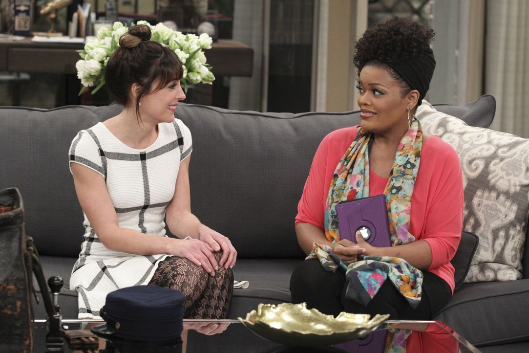 Sie macht sich Hoffnungen, dass ihre Gefühle für Felix endlich erwidert werden, doch Dani (Yvette Nicole Brown, r.) holt Emily (Lindsay Sloane, l.)... - Bildquelle: Sonja Flemming 2014 CBS Broadcasting, Inc. All Rights Reserved