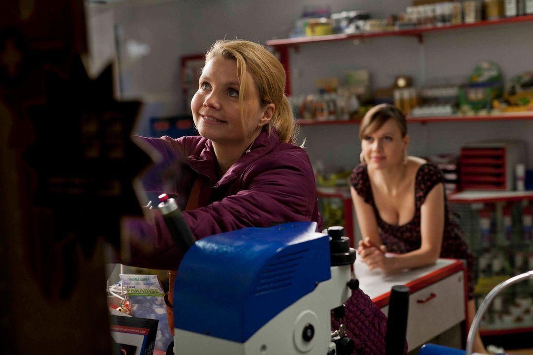 Auch wenn sie sich nicht immer einig sind, stehen sich Danni (Annette Frier, l.) und Bea (Nadja Becker, r.) immer zur Seite ... - Bildquelle: Frank Dicks SAT.1