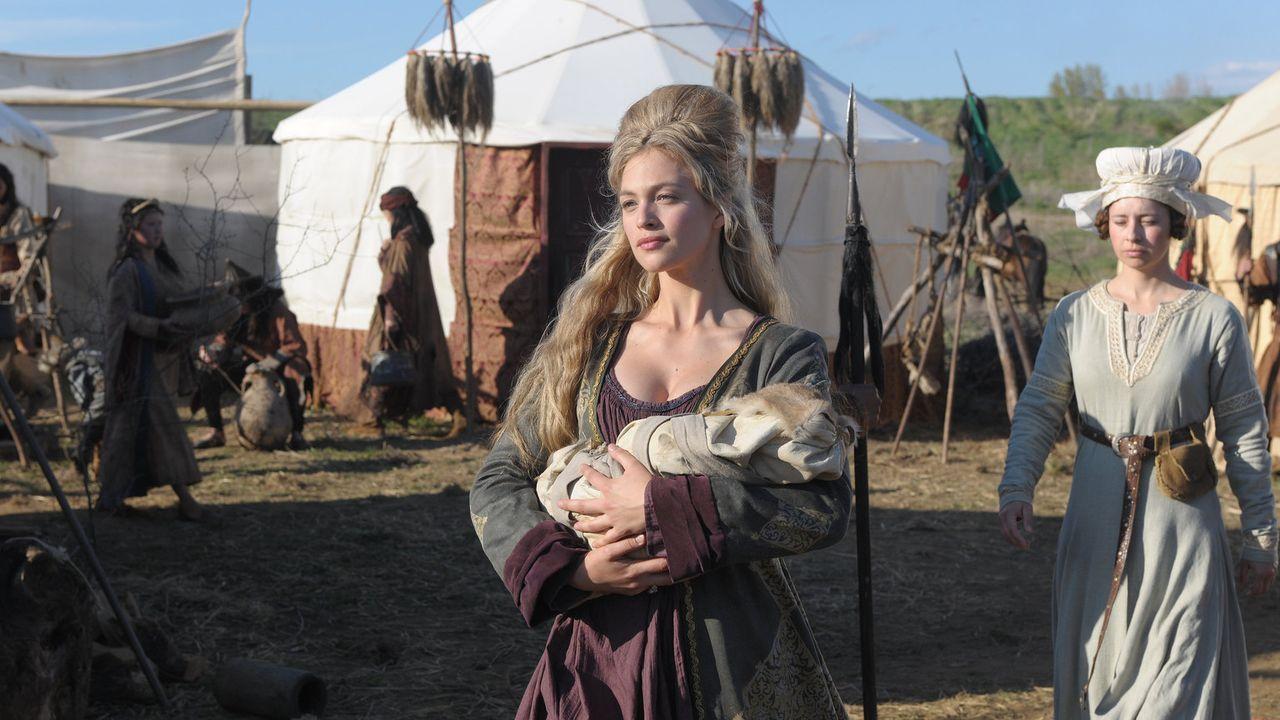 Eiskalt macht sich Hulda von Hettenheim (Julie Engelbrecht) daran, ihre teuflische Intrige in die Tat umzusetzen ... - Bildquelle: Jiri Hanzl SAT.1
