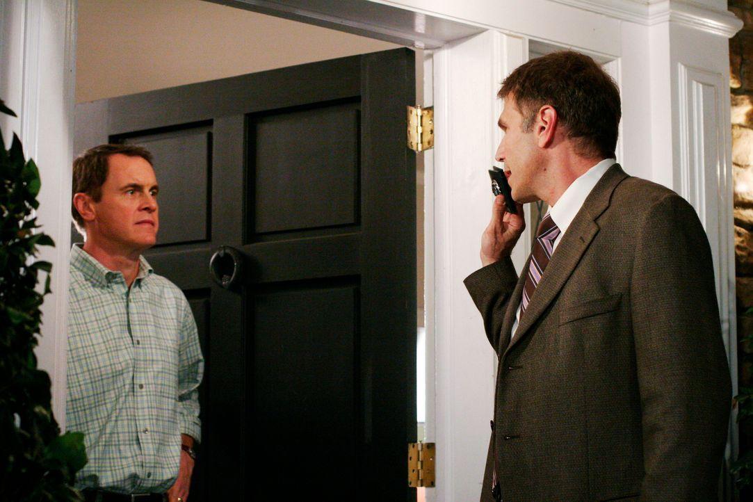 Detective Sullivan (Nick Chinlund, r.) bittet Paul Young (Mark Moses, l.) unter einem fadenscheinigen Grund mit aufs Polizeipräsidium zu kommen ... - Bildquelle: 2005 Touchstone Television  All Rights Reserved