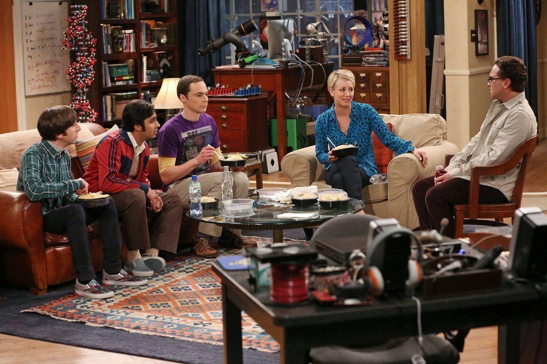 Während Howard (Simon Helberg, l.), Raj (Kunal Nayyar, 2.v.l.), Sheldon (Jim Parsons, M.) und Leonard (Johnny Galecki, r.) ihre Abschlussball-Erfahr... - Bildquelle: Warner Bros. Television