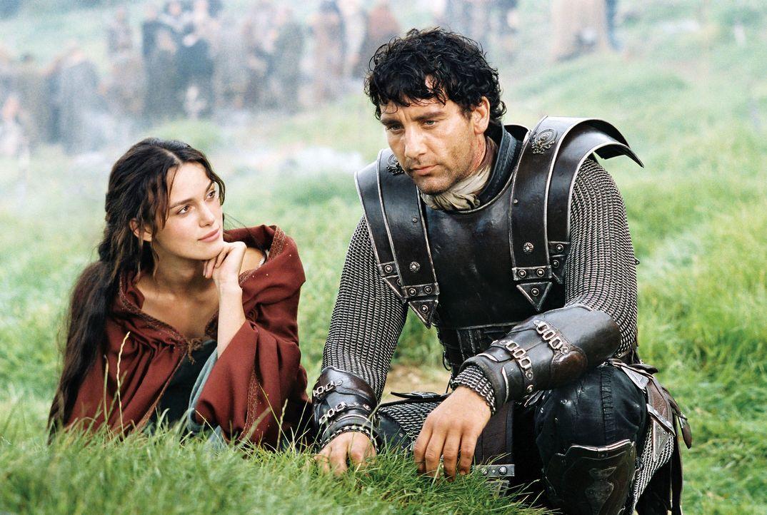 Als es Arthur (Clive Owen, r.) gelingt, die schöne Guinevere (Keira Knightley, l.), eine piktische Gefangene der Römer, zu befreien, ahnt er nicht,... - Bildquelle: TOUCHSTONE PICTURES & JERRY BRUCKHEIMER FILMS, INC. ALL RIGHTS RESERVED.