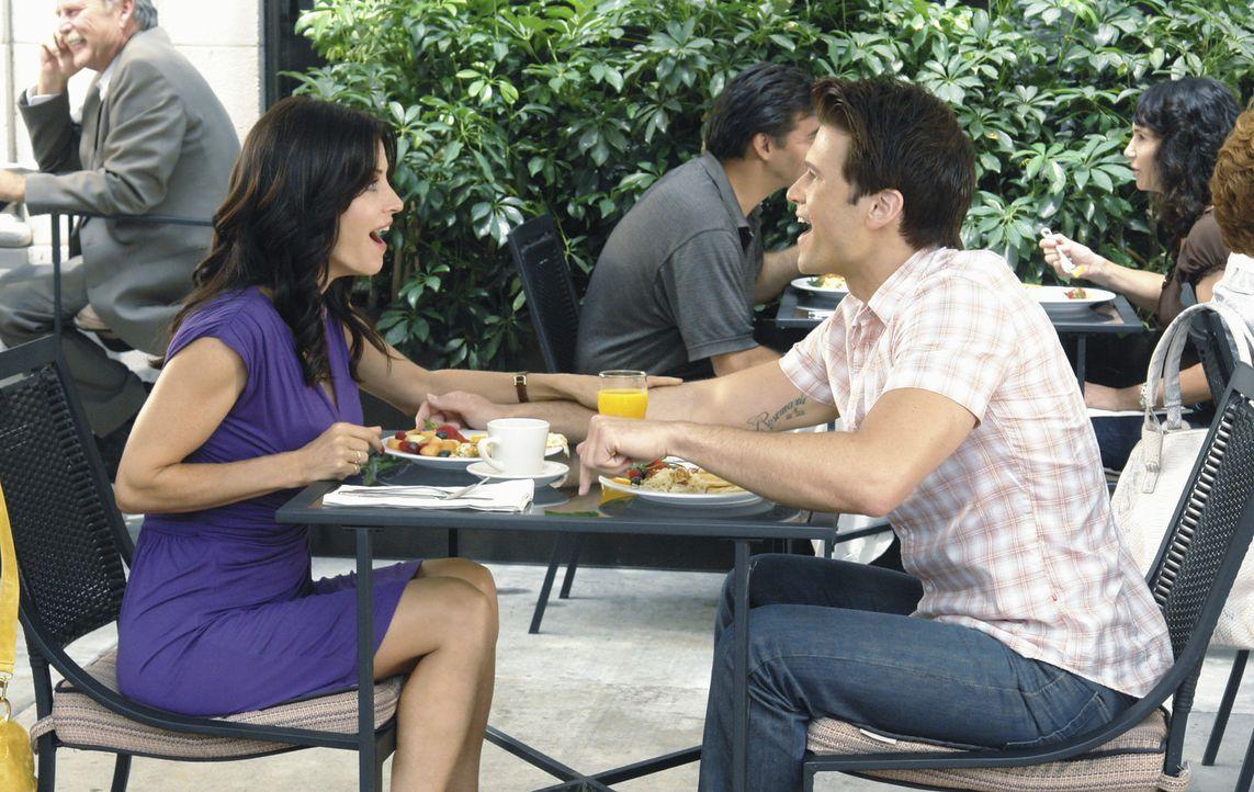 Die Vorbereitungen für ihr zehntes Date mit Josh (Nick Zano, r.) überfordern Jules (Courteney Cox, l.) restlos, denn sie will, dass alles absolut... - Bildquelle: 2009 ABC INC.