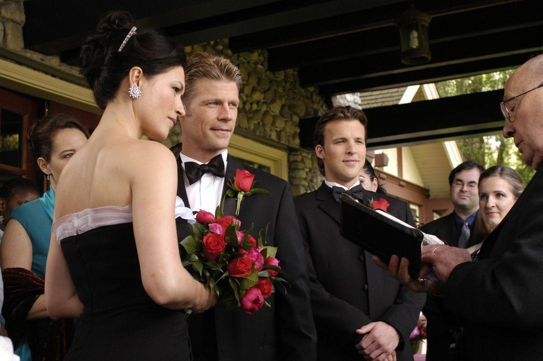 Noch immer befindet sich Tom (Joel Gretsch, 2.v.l.) in einer anderen Welt: Er und Alana (Karina Lombard, l.) wollen ihre Ehe erneuern ... - Bildquelle: Viacom Productions Inc.
