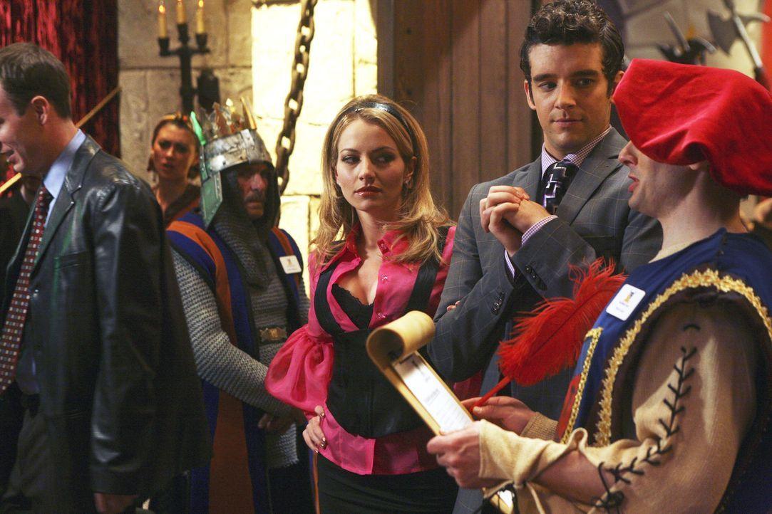 """Der Sekretärinnen-Tag von """"Mode"""" findet in einem """"Themenrestaurant"""" statt, einem Ort, mit dem Amanda (Becki Newton, 3.v.r.) eine ganz spezielle Erin... - Bildquelle: Buena Vista International Television"""