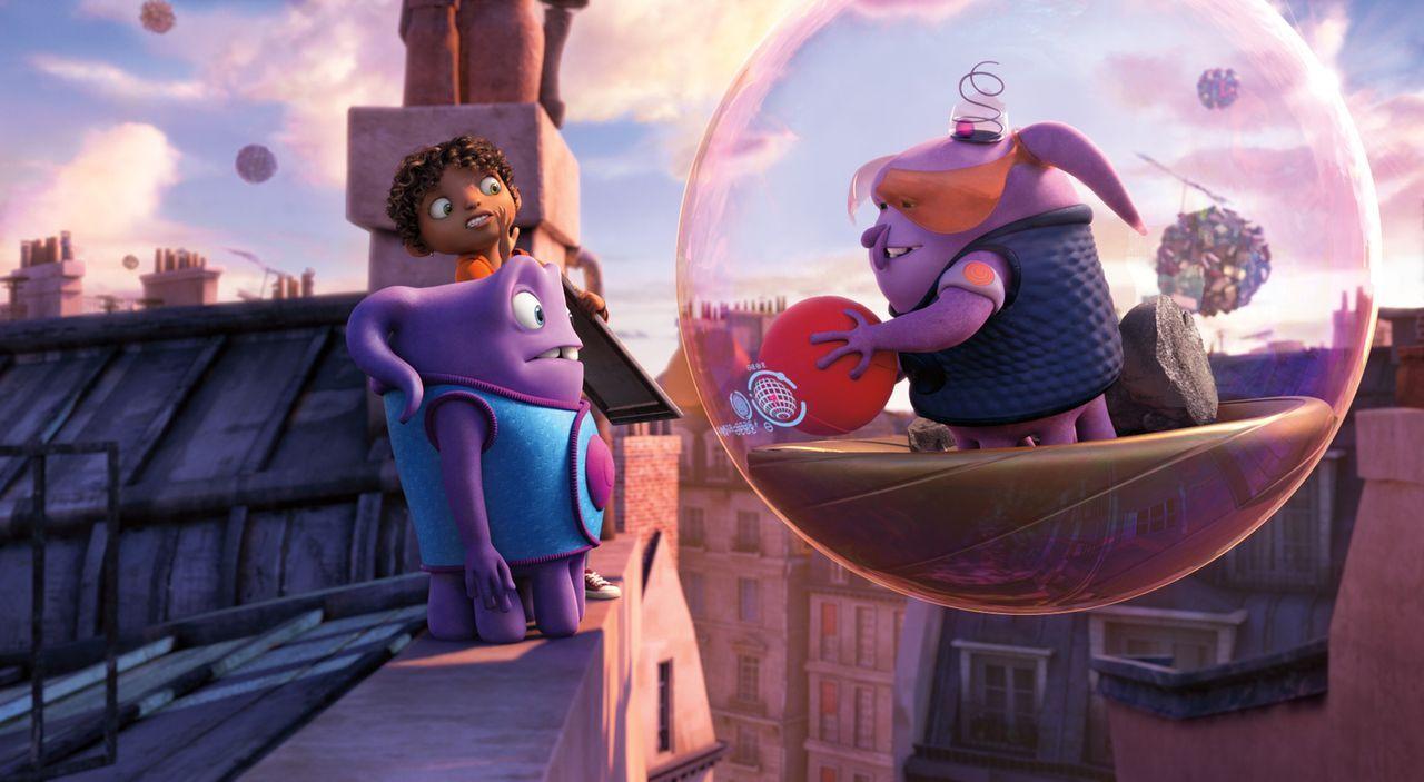 Der Außerirdische Oh (vorne l.) braucht die Hilfe von dem Mädchen Tip (hinten), um die Erde vor intergalaktischen Angriffen zu schützen. Ein aufrege... - Bildquelle: 2015 DreamWorks Animation, L.L.C.  All rights reserved.