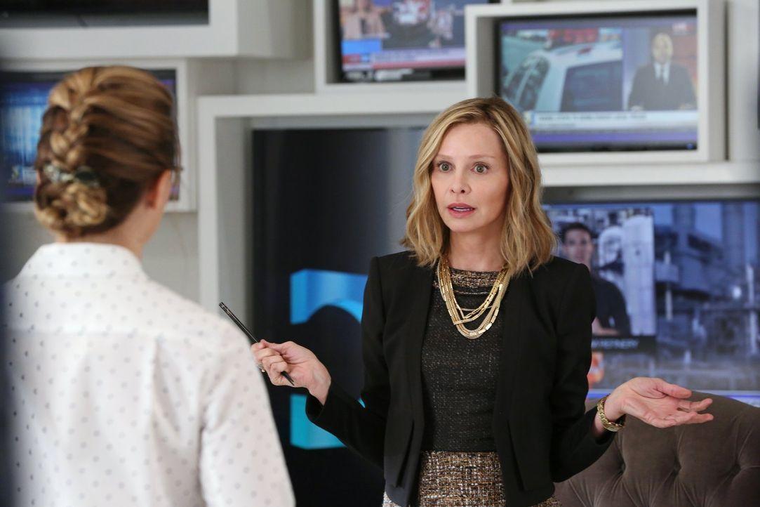 Cat Grant (Calista Flockhart) setzt Jimmy die Pistole auf dier Brust: Entweder besorgt er ihr ein Interview mit Supergirl oder er wird gefeuert ... - Bildquelle: 2015 Warner Bros. Entertainment, Inc.
