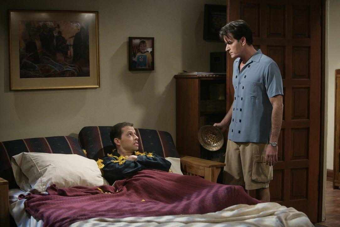 Weil Alan (Jon Cryer, l.) sich erlaubt, das Haus von Charlie (Charlie Sheen, r.) zu verschönern, kommt es zum Streit ... - Bildquelle: Warner Brothers Entertainment Inc.