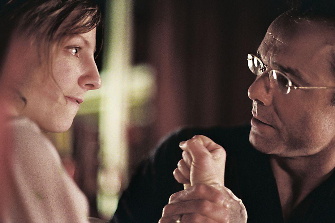 Werner Kolbe (Hannes Jaenicke, r.) ist in Sorge, dass bei seiner Tochter Anja (Katharina Schüttler, l.) alte Wunden aufgerissen werden. - Bildquelle: Tom Trambow Sat.1