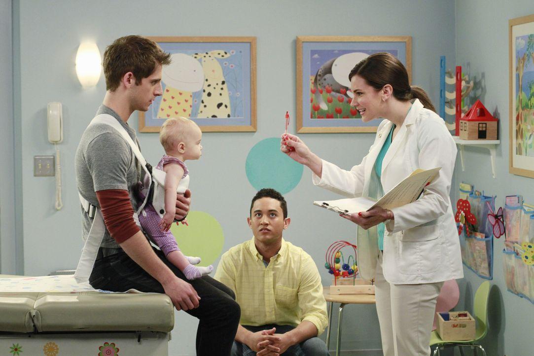 Als Tucker (Tahj Mowry, 2.v.r.) mit Ben (Jean-Luc Bilodeau, l.) und Emma (Ali Louise und Susanne Allan Hartman, 2.v.l.) zum Arzt geht, muss er mitan... - Bildquelle: Ron Tom ABC Family